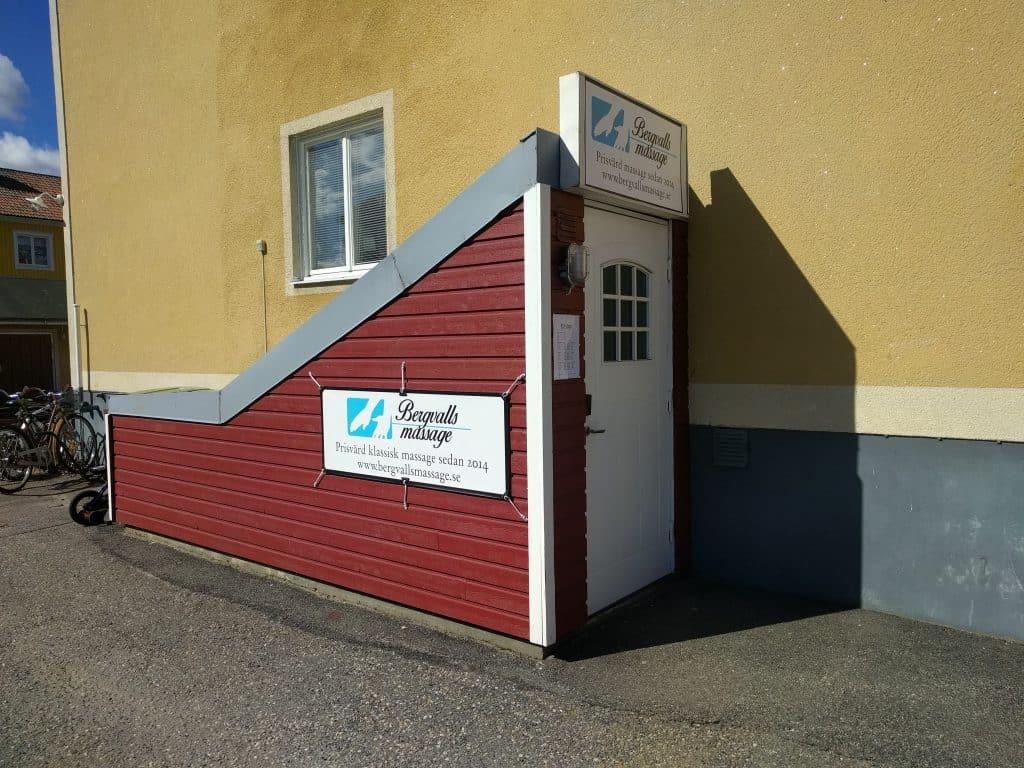 Ingången till Bergvalls Massage i Umeå. Backenvägen 11, 90354 Umeå.