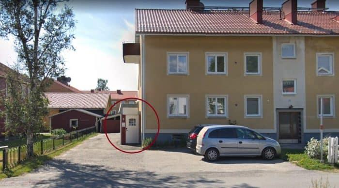 Parkering hos Bergvalls Massage sker mot gräsmattan, inte mot husväggen. Backenvägen 11, 90354 Umeå.